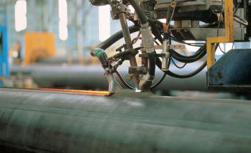 Флюсовая электросварка проводится с использованием специального гранулированного или порошкообразного средства – сварочного флюса. В процессе работы такое вещество создает газовую среду для защиты расплавленного металла от контакта с атмосферным кислородом.